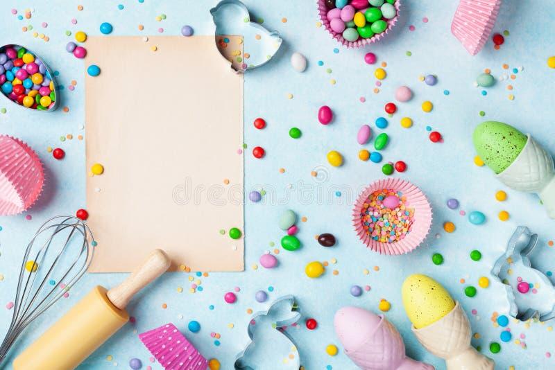 Fondo bollente di Pasqua con gli strumenti della cucina per la vista superiore del forno dolce di festa Disposizione piana fotografia stock libera da diritti