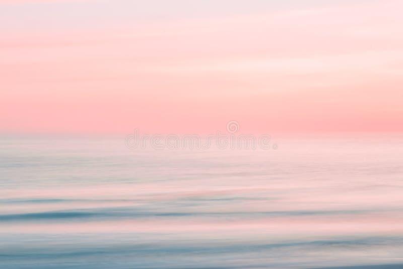 Fondo borroso abstracto del cielo de la salida del sol y de la naturaleza del océano imagen de archivo libre de regalías