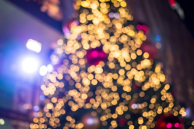 Fondo borroso colorido del árbol de navidad con las luces y el orname fotografía de archivo