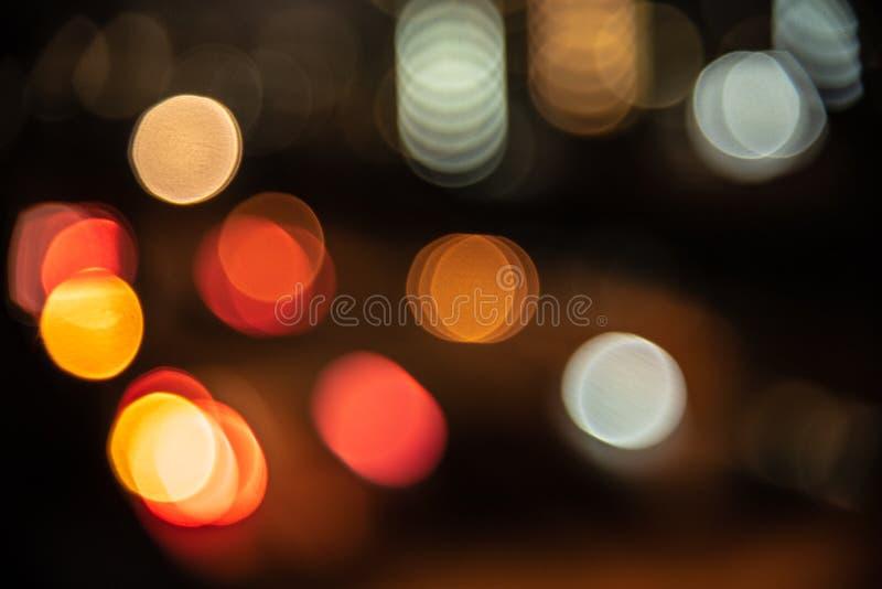 Fondo borroso de la luz de la ciudad en la vida nocturna Concepto del extracto y del papel pintado Tema del tr?fico y de la metr? foto de archivo libre de regalías