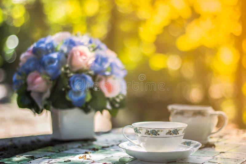 Fondo borroso, florero con café de las tazas en cafetería, imagenes de archivo