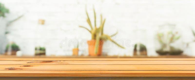 Fondo borroso sobremesa vacía del tablero de madera Tabla de madera marrón de la perspectiva sobre la falta de definición en fond foto de archivo