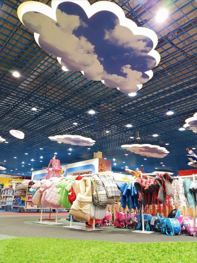 Fondo borroso supermercado con el bokeh dentro de la luz fotos de archivo