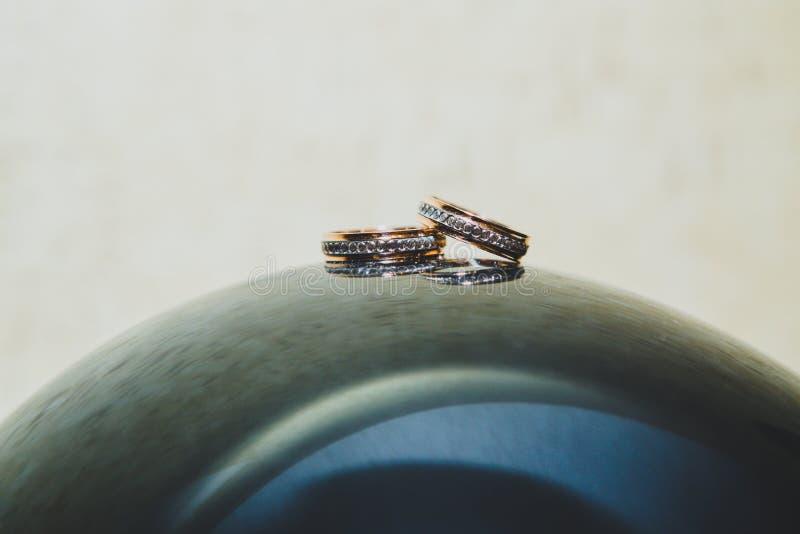 Fondo brillante blured pizca de los anillos de bodas fotos de archivo libres de regalías