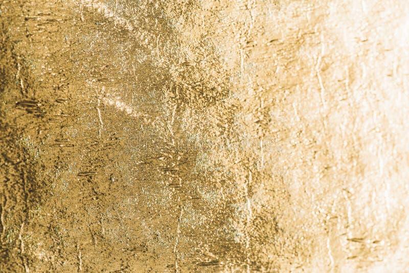 Fondo brillante de la hoja del oro, textura metálica del lustre amarillo imagenes de archivo