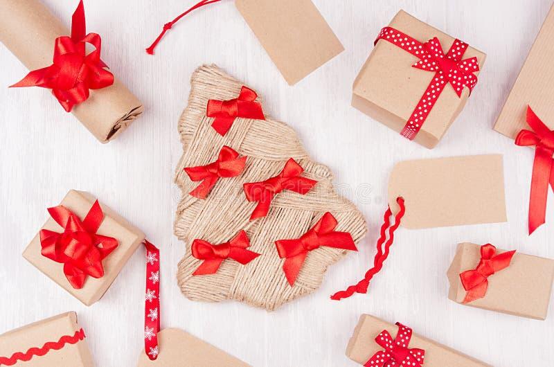 Fondo brillante de la Navidad - actuales cajas festivas con las cintas rojas, etiquetas, árbol como modelo decorativo del día de  foto de archivo