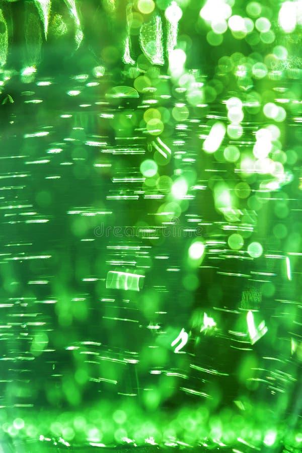 Fondo brillante defocused brillante del color de verde del extracto ultra con textura del agua con las burbujas con efecto del bo imagenes de archivo