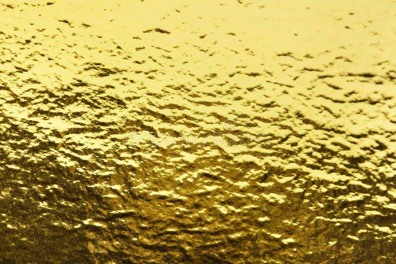 Fondo brillante di struttura della carta da imballaggio della foglia della stagnola di oro per l'elemento della decorazione della fotografia stock libera da diritti