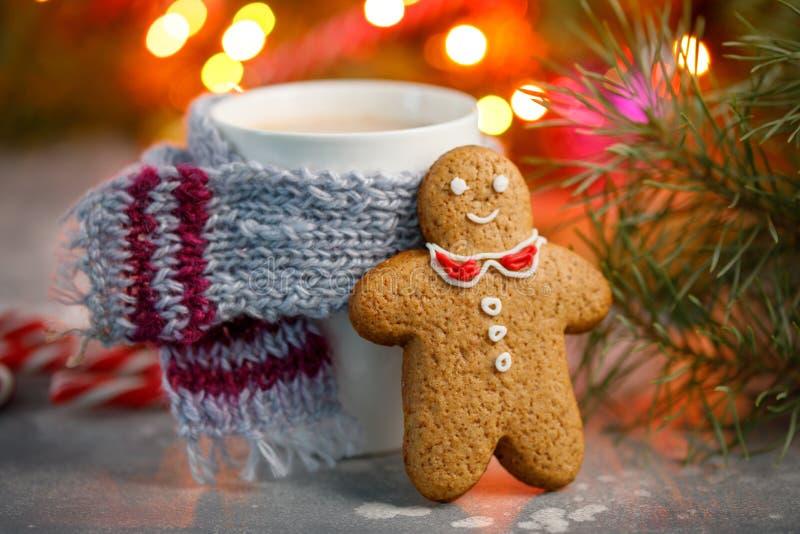 Fondo caldo di natale della bevanda di inverno Biscotto del pan di zenzero della casa della tazza del cacao di festa su una tavol fotografie stock libere da diritti