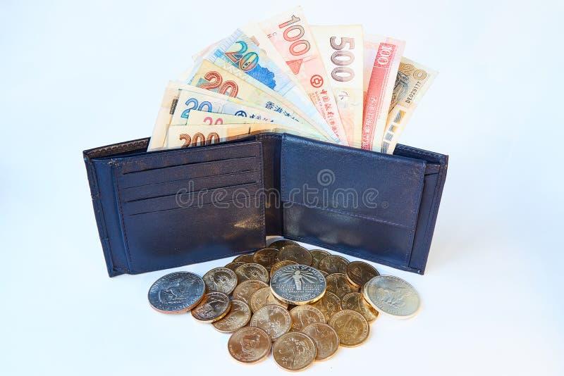 Fondo, cartera del ` s de los hombres negros con las cuentas de diversas monedas y de dólares del metal amarillo, aisladas foto de archivo libre de regalías