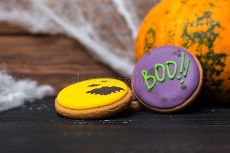 Fondo casalingo dei biscotti del pan di zenzero di Halloween immagini stock