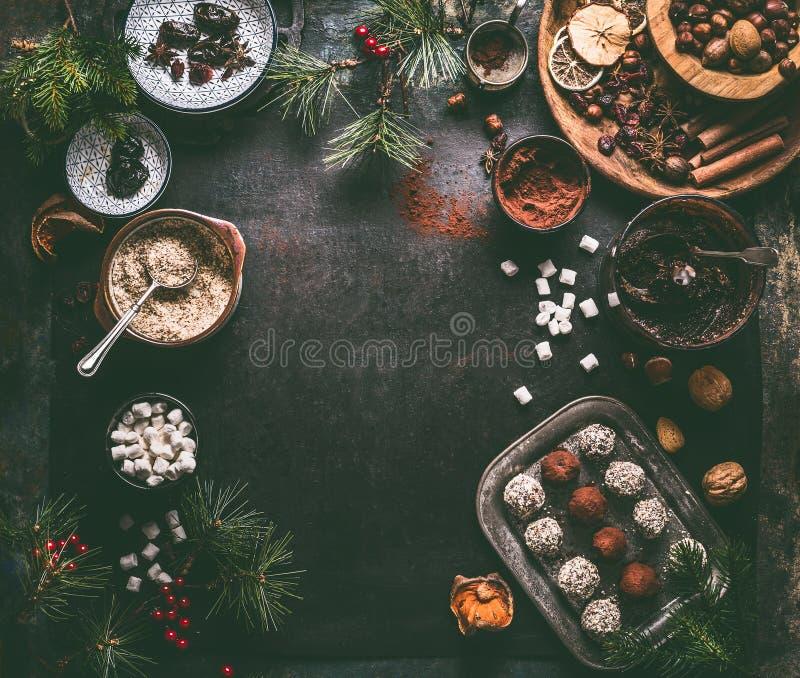 Fondo casalingo sano dei tartufi del vegano con gli ingredienti per il Natale immagine stock libera da diritti