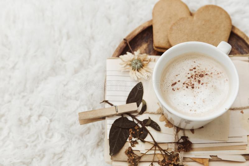 Fondo casero del invierno acogedor, taza del café, documento viejo del vintage sobre el fondo blanco fotografía de archivo