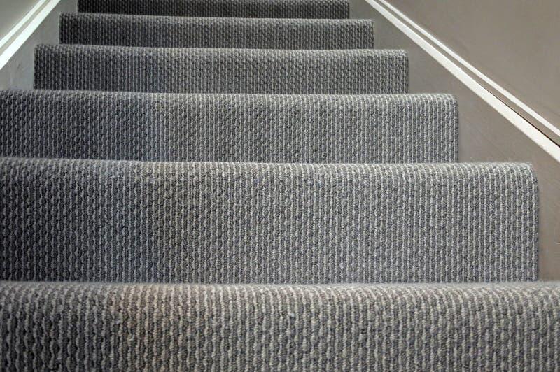 Fondo casero moderno de la alfombra de la escalera foto de archivo