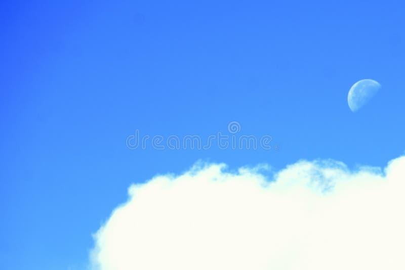 Fondo celeste idilliaco - la mongolfiera variopinta vola in cielo del tramonto sopra il mare calmo Nuvole rosso scuro e cresc tem immagini stock