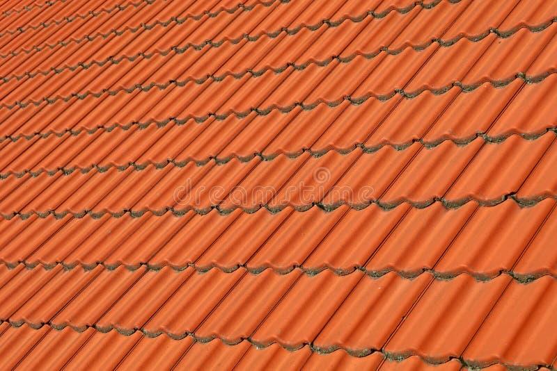 Fondo ceramico marrone-rosso del modello delle mattonelle di tetto fotografie stock