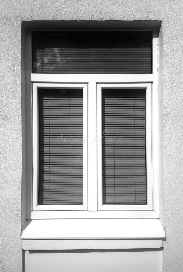 Fondo cerrado blanco y negro vertical de la ventana fotografía de archivo libre de regalías