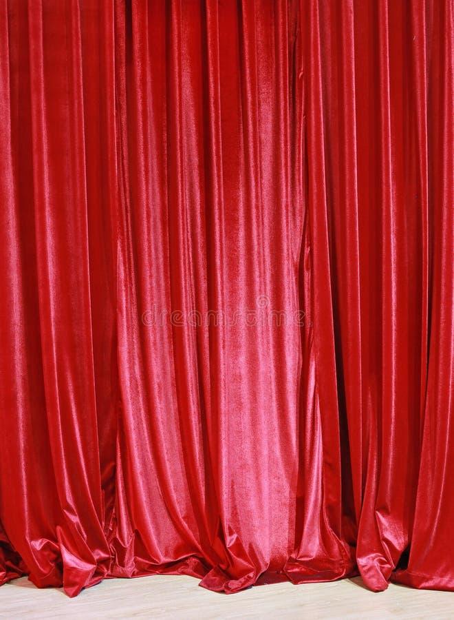 Fondo cerrado rojo de la cortina en un teatro fotografía de archivo