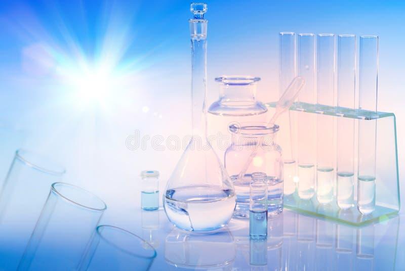 Fondo científico con el vidrio, el frasco y los tubos químicos fotografía de archivo