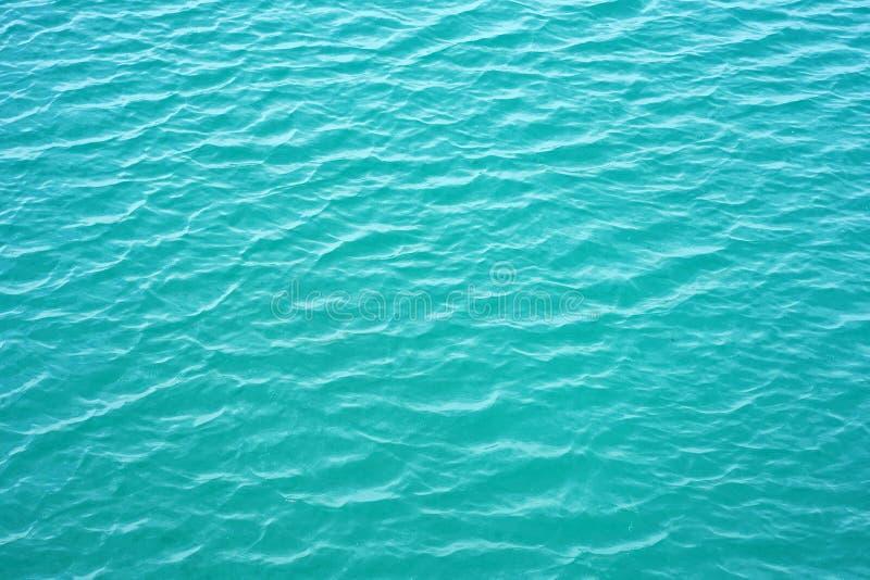 Fondo claro del agua, textura natural azul Cierre de la onda del mar para arriba, opinión de ángulo bajo Fondo de la agua de mar imagen de archivo