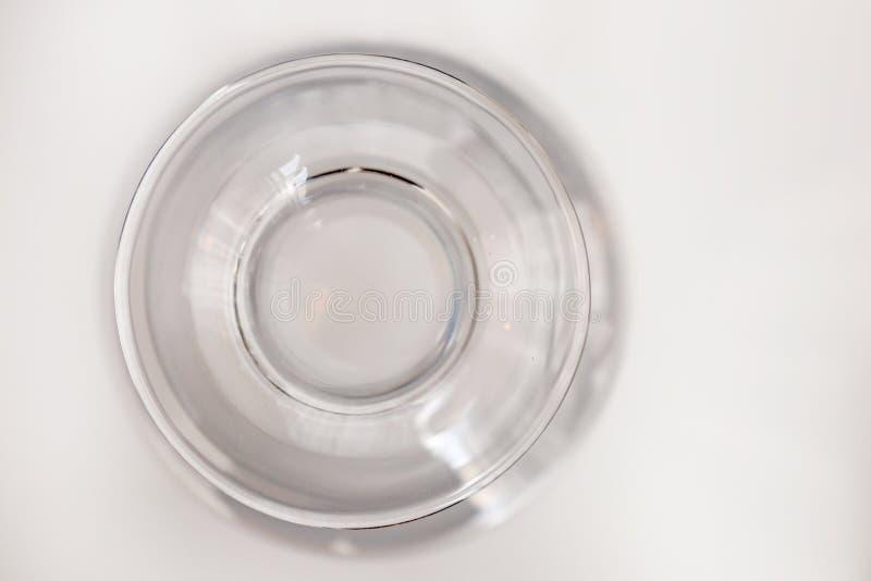 Fondo claro del blanco de la botella de cristal imagenes de archivo