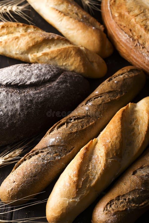 Fondo cocido fresco del pan, variedad de diferente tipo de panes, industria alimentaria imagen de archivo libre de regalías