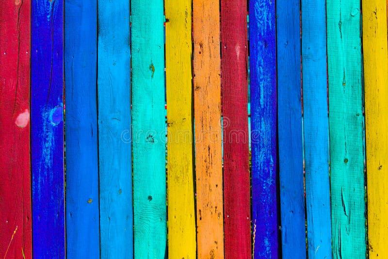 Fondo colorato di legno di lerciume - dipinga un arcobaleno sul vecchio recinto fotografie stock