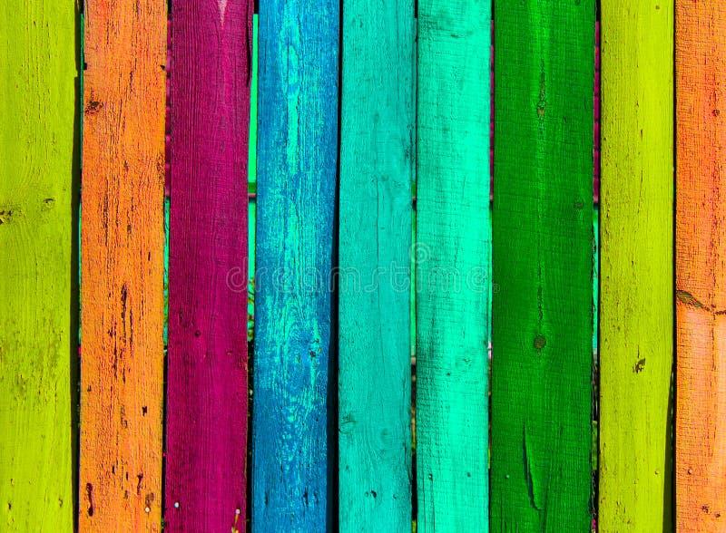 Fondo colorato di legno di lerciume - dipinga un arcobaleno sul vecchio recinto fotografia stock