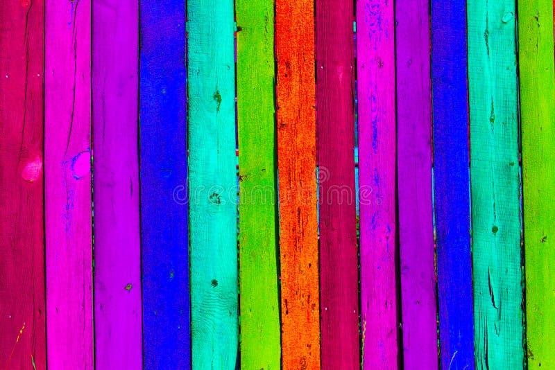 Fondo colorato di legno di lerciume - dipinga un arcobaleno sul vecchio recinto fotografia stock libera da diritti