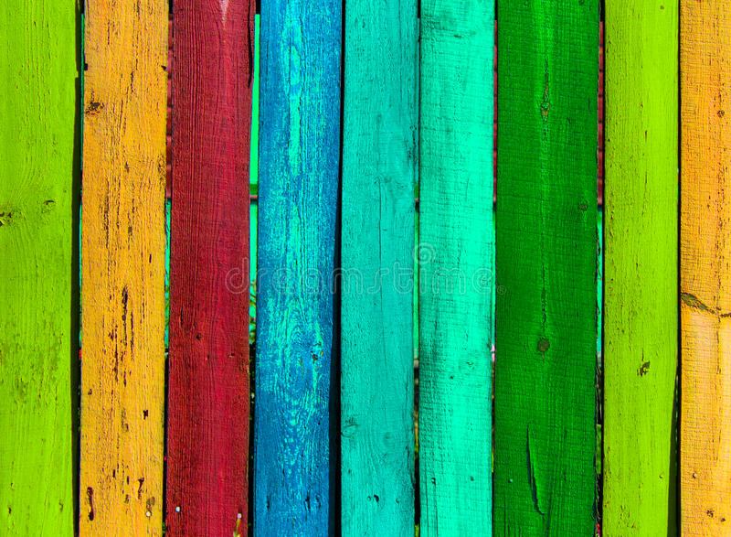 Fondo colorato di legno di lerciume - dipinga un arcobaleno sul vecchio recinto immagine stock libera da diritti