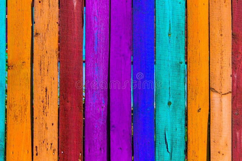 Fondo colorato di legno di lerciume - dipinga un arcobaleno sul vecchio recinto fotografie stock libere da diritti