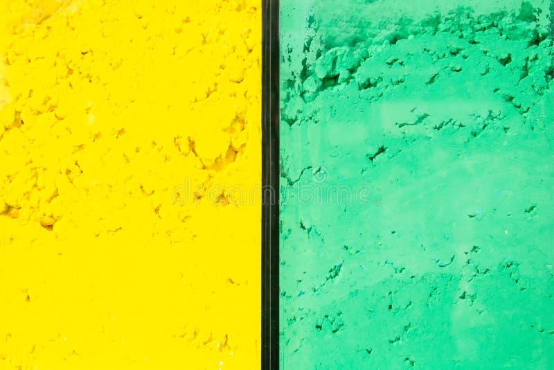 Fondo colorato verde giallo luminoso della polvere Colori luminosi per il festival indiano di holi Polvere gulal e cosmetica vari immagine stock
