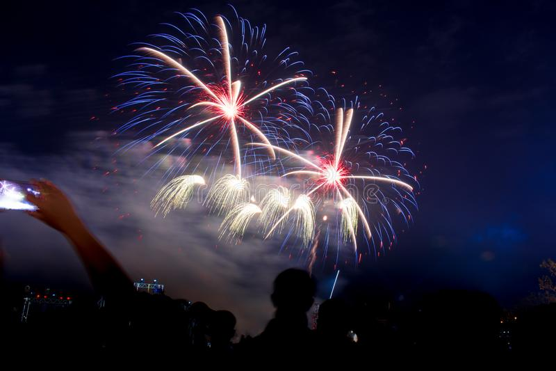 Fondo coloreado del fuego artificial con el espacio libre para el texto Los fuegos artificiales coloridos en la noche encienden p fotos de archivo libres de regalías
