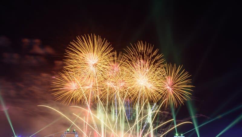 Fondo coloreado del fuego artificial con el espacio libre para el texto Los fuegos artificiales coloridos en la noche encienden p fotografía de archivo libre de regalías
