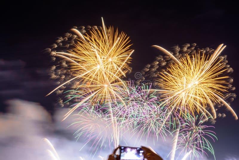 Fondo coloreado del fuego artificial con el espacio libre para el texto Los fuegos artificiales coloridos en la noche encienden p fotografía de archivo