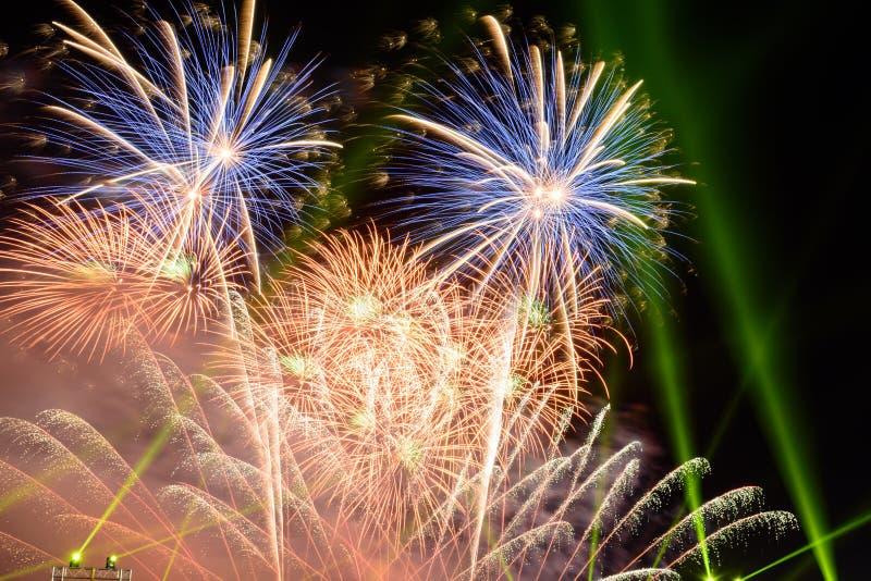 Fondo coloreado del fuego artificial con el espacio libre para el texto Los fuegos artificiales coloridos en la noche encienden p fotos de archivo
