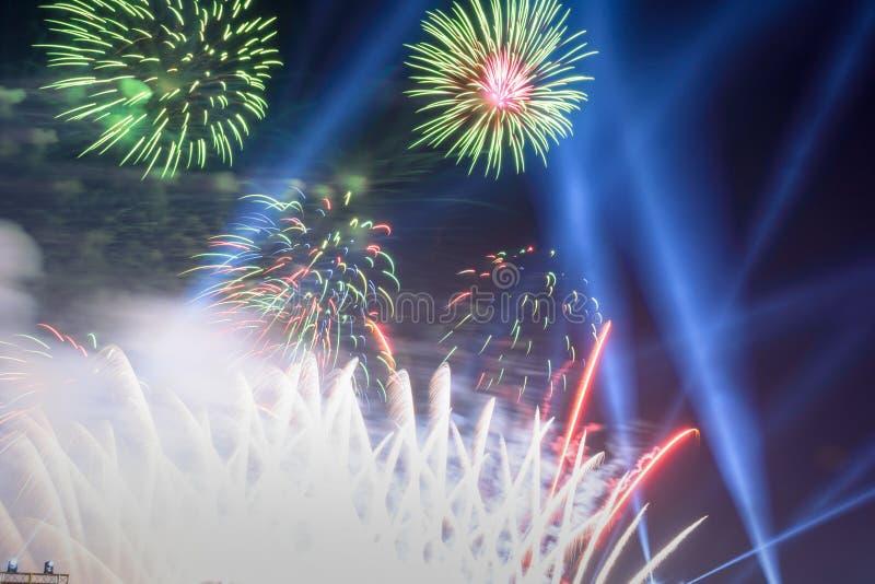 Fondo coloreado del fuego artificial con el espacio libre para el texto Los fuegos artificiales coloridos en la noche encienden p imagenes de archivo