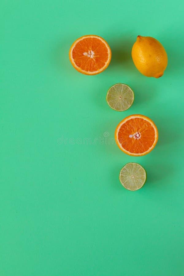 Fondo colorido brillante conceptual con la fruta cítrica multicolora Espacio para el texto imagen de archivo