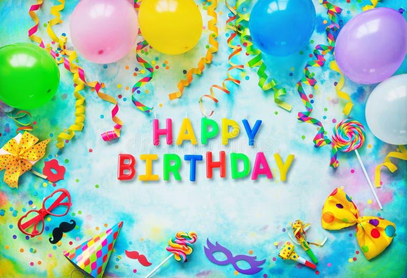 Fondo colorido con feliz cumpleaños del texto de velas del cumpleaños imagenes de archivo