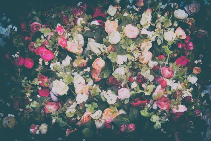 Fondo colorido de diversas flores artificiales imagen de archivo