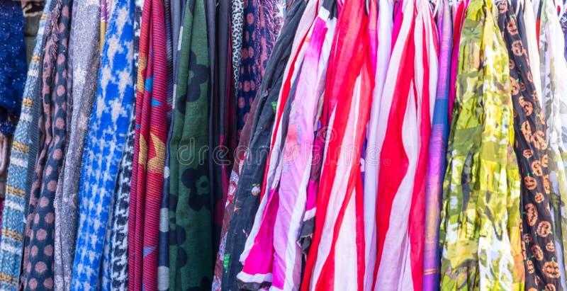 Fondo colorido de las bufandas Ropa que cuelga en una parada de calle en Monastiraki, Atenas, Grecia fotos de archivo libres de regalías