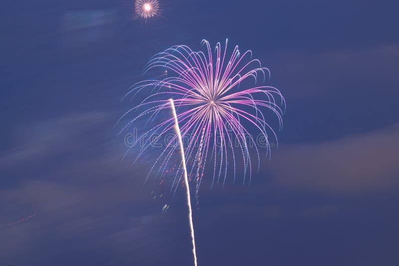 Fondo colorido de los fuegos artificiales del día de fiesta en marco horizontal imágenes de archivo libres de regalías