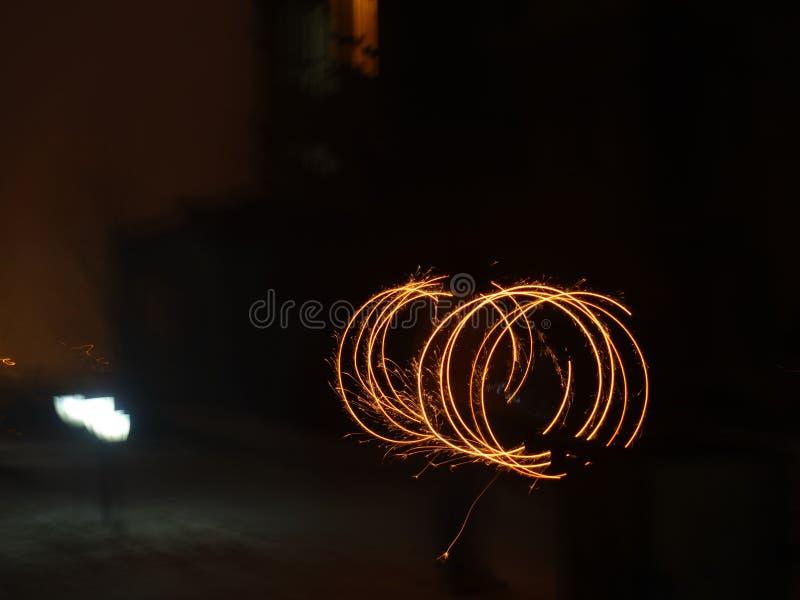 Fondo colorido de los fuegos artificiales en la noche foto de archivo