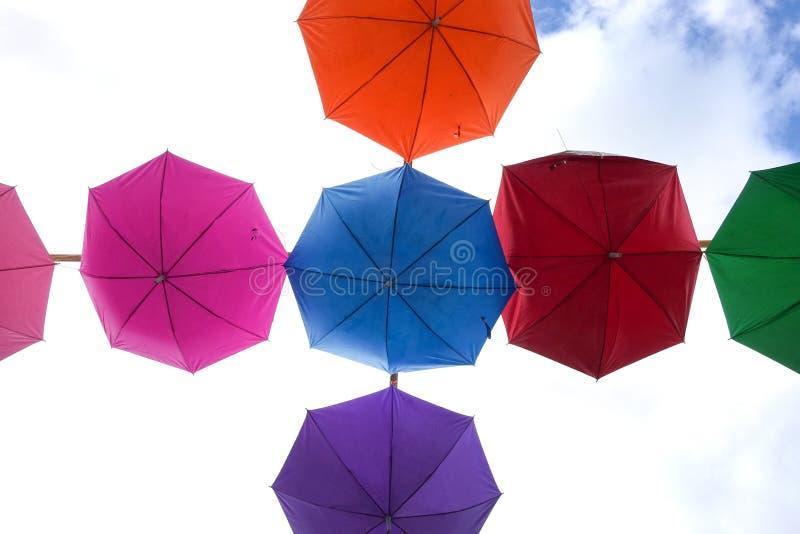 Fondo colorido de los paraguas imagen de archivo