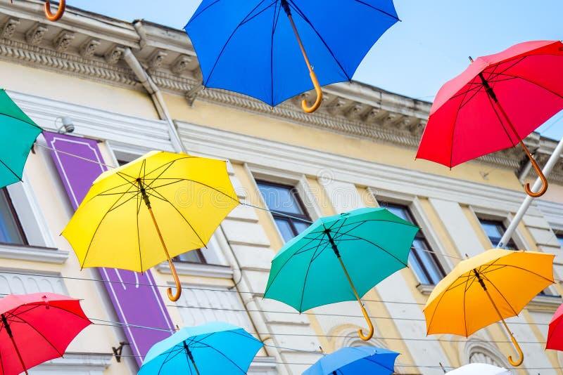 Fondo colorido de los paraguas imagenes de archivo