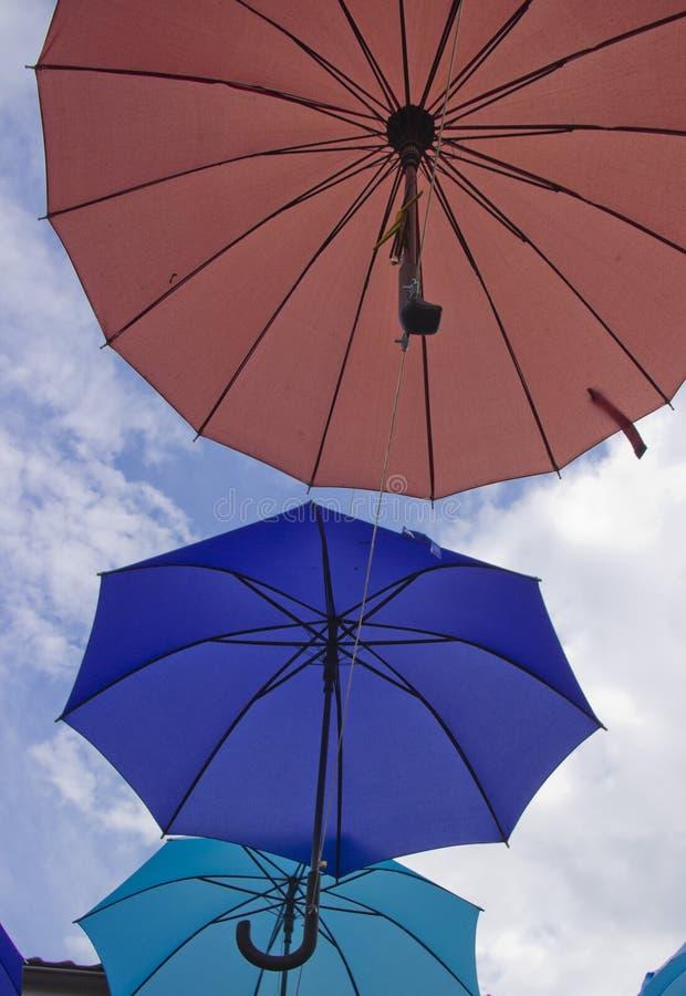 Fondo colorido de los paraguas Paraguas coloridos en el cielo Decoraci?n de la calle imagen de archivo