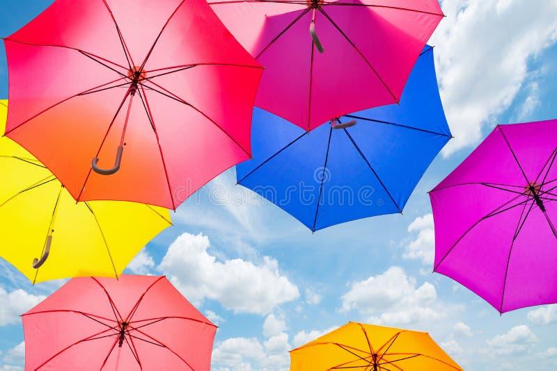 Fondo colorido de los paraguas Paraguas coloridos en el cielo ST imágenes de archivo libres de regalías