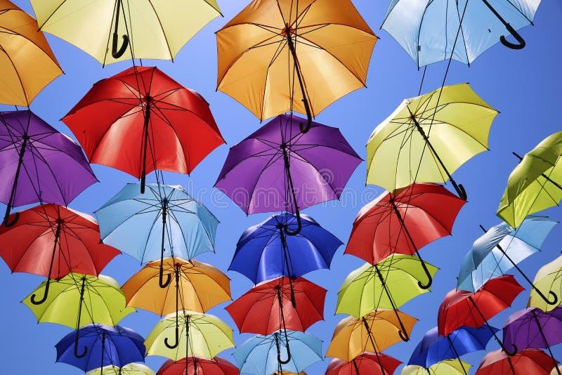 Fondo colorido de los paraguas Decoración de la calle fotos de archivo libres de regalías