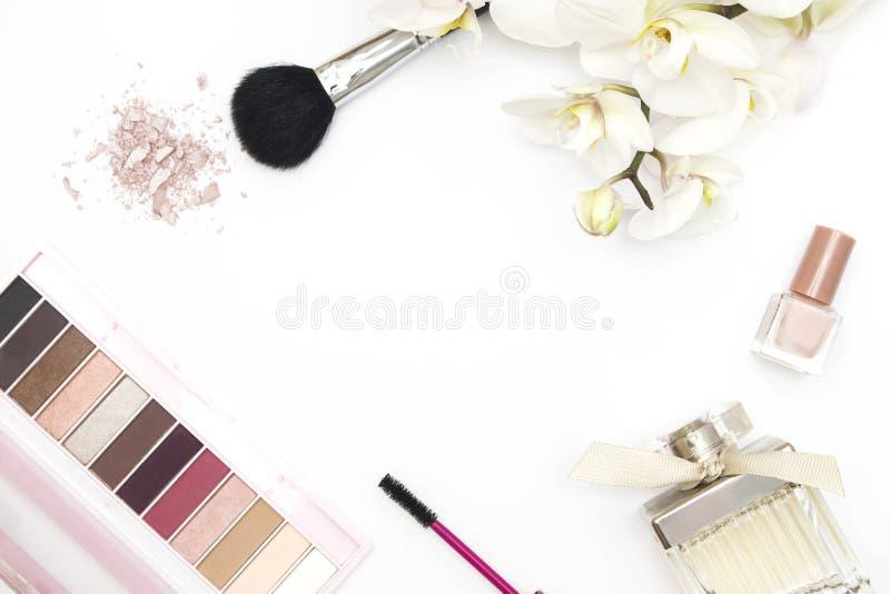 Fondo colorido del blanco de la disposición del maquillaje imágenes de archivo libres de regalías