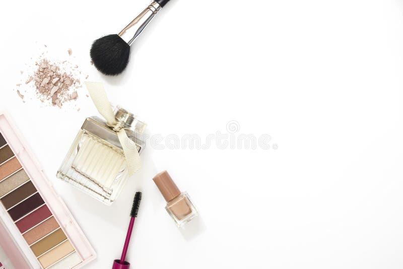 Fondo colorido del blanco de la disposición del maquillaje imagen de archivo